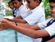 Nens rentant-se les mans. Foto de La Nit de l'Aigua