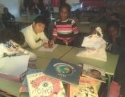 Alumnes de l'escola La Farga de Salt treballant amb la Caixa d'Eines d'una biblioteca