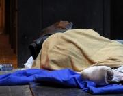 Una persona dormint al carrer. Font: Plana web d'Arrels Fundació