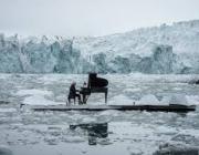 """El pianista Ludovicp Einaudi tocant la """"Elegia per l'Àrtic"""" en mig del gel (imatge: greenpeace)"""