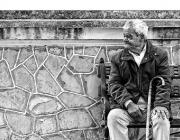 Un avi en un banc, imatge de Paco Solís