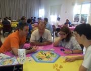 Voluntari d'Ayudar Jugando explicant un joc de taula
