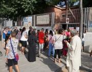 Pares, mares i alumnes a les portes d'una escola de Badalona