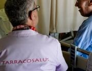 Voluntari de Tarraco Salut acompanya a un usuari malalt.
