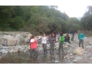 Un grup de voluntariat analitzant el riu Rigart