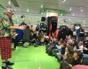 Actuació de circ a l'Espai Infantil de Nadal de El Corte Inglés. Font: Fundació La Roda