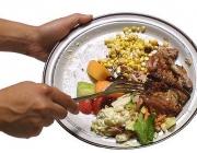 Acció de llençar menjar a les escombraries.