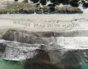 Acció a la platja de Ses Covetes a Mallorca per reclamar un mar sense plàstic