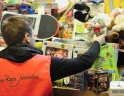 Un voluntari de la Creu Roja guardant joguines recollides