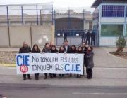 Membres de Migra Studium davant del CIE de la Zona Franca.