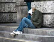Persona dormint al carrer. Font: Pixabay