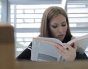 "Raquel Sánchez, estudiant a la biblioteca. Fotograma del vídeo ""Referents gitanos de Catalunya"""