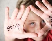 Noi amb les mans pintades amb el lema: stop bullying
