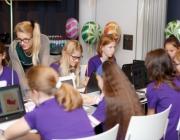 Grup de noies aprenent a programar