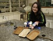 La jove inventora mostrant la seva creació