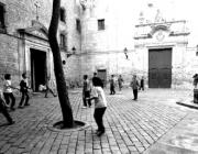 Nens jugant a la Plaça Sant Felip Neri. Font: Blog Jordi Peñarroja
