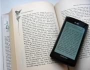 Dues modalitats de llibres: imprés i e-book. Font: lynn.gardner (flickr)