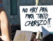Fotografia amb un cartell reivindicatiu
