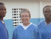 Josefina Díaz, en un projecte de cooperació internacional de Metges del Món a Sierra Leone. Font: MdM