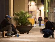 Voluntari preguntant a una persona sense llar.