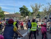 El bicibús no és altra cosa que un grup d'infants movent-se en bicicleta per anar a l'escola, acompanyats de familiars i persones voluntàries, i amb un recorregut i uns horaris de pas definits.  Font: Associació Canvis en Cadena