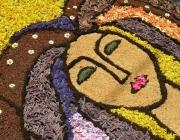 El mite de les dones d'aigua ha servit com a motiu per fer una catifa de flors