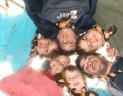 Monitor amb nens i nenes durant un campament