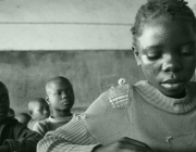 Fotografia nena senegalesa llegint