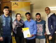 Joves de l'entitat mostrant els estatuts el dia de la seva signatura