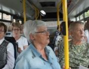 Una coral cantant al bus. Font: CONFAVC