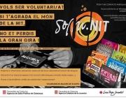 Persones voluntàries reparteixen informació sobre els riscos de les drogues als espais d'oci nocturn