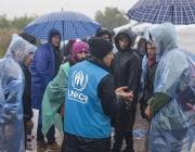 Una treballadora de l'ACNUR parlant amb persones refugiades a Croàcia