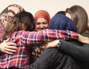 Les dones del barri del Raval en una abraçada conjunta.