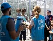 Voluntaris d'ACNUR atenent refugiats. Font: eacnur.org