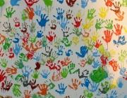 Mans de colors a la paret. Font: clubviladrau.org