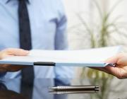 Persones lliurant documents. Font: RTVE.es