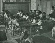 Imatge d'uns nens fet una classe a l'Escola Montessori.