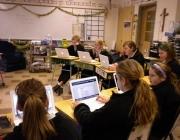 Ecolars en un centre d'ensenyament treballant amb els ordinadors