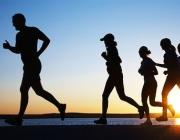 Corredores i corredors amb posta de sol al fons