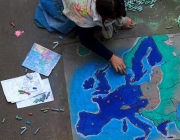 Infant dibuixant el mapa d'Europa. Font: Facebook de la Comissió Europea