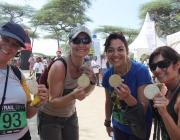 Corredores de la Ethiotrail mostran la medalla feta a mà per artesans locals.
