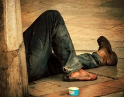 Persona asseguda al terra. Font: Web PSC Cornellà