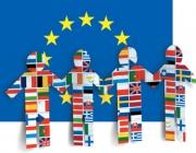 Imatge bandera Unió Europea amb ninots donant-se les mans