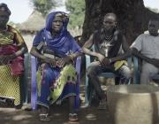 D'esquerra a dreta, la germana, la mare i els dos germans de Diallo a Tindila, Guinea Conakry. Font: Metromuster