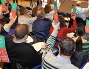 Veïns i veïnes d'Esplugues participant en un fòrum sobre educació