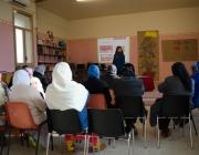 Aula amb dones fent formació. Font: Càritas Girona