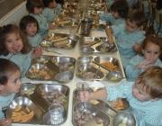 Infants a un menjador escolar
