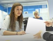 Una jove a les oficines del SOC