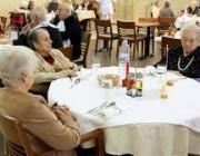 Imatge de persones grans en una residència. Font: web cugat.cat
