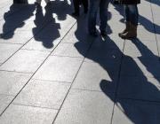 Imatge de gent reunida en una plaça. Autor Xavier Talleda